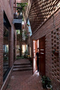 Brick Cave House by Vietnamese Studio H&P Architects The Brick Cave house by H&P Architects is located in a suburban commune of Hanoi which has undergone a rapid process of urbanization. H Design, Brick Design, Facade Design, Cave House, Brick House Plans, Brick Detail, Design Industrial, Mediterranean House Plans, Brick Facade