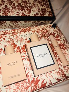 NEW Gucci Bloom Perfume set  Comes with 3.3 FL OZ Perfume, Body lotion and fragrance pen.  In original packaging. Authentic !