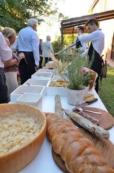 Buffet di aperitivo in giardino. Corte Dei Paduli, Reggio Emilia, Italy. Catering: Muzzarelli.