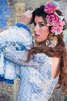 Traje de flamenca estampado para una feria de abril diferente... Tips: Combínalo con varias flores en la cabeza, formando una corona, para darle el toque final