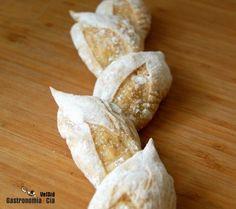 Las baguettes espiga son los primeros panes que hemos hecho guiándonos por el libro Panes y a partir de la masa de pan blanca que antes comentábamos. Con esta cantidad de masa se pueden hacer cuatro baguettes grandes, ocho pequeñas o la variante, baguettes espigas que hemos hecho nosotros. Siempre estará bien hacer de los dos tipos, la espiga de trigo tiene una presentación en la mesa muy llamativa. Ingredientes Elaboración Sigue las indicaciones de esta elaboración de la masa de pan Richard… Clam Chowder Recipes, Pan Bread, Breakfast Cookies, Empanadas, Sin Gluten, Bread Recipes, Crock, Bakery, Good Food