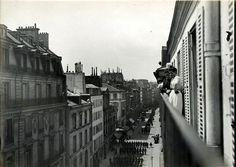 Défilé militaire dans la rue, vers 1900 'Il s'agit vraisemblablement de la rue du Faubourg Saint Honoré, à côté de la place Beauveau et de l'Elysée