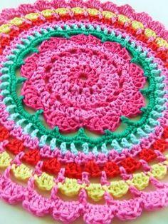 In mijn vorige blogje zag je al dat ik was begonnen aan een doily.Ik twijfelde over het patroon en aan de kleuren.Het patroon is hiervan afgeleid maar heb al snel mijn eigen patroon ervan gemaakt.Dit