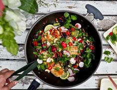 Välimeren kana-kasvispelti — Peggyn pieni punainen keittio Caprese Salad, Cobb Salad, Salty Foods, Cheddar, Gluten Free Recipes, Curry, Food And Drink, Cooking Recipes, Meals