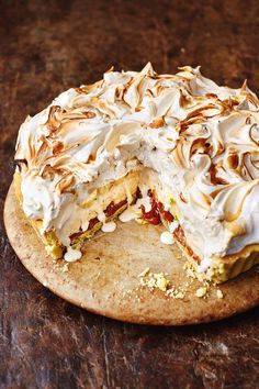 The marriage of two delicious desserts – banoffee pie and baked Alaska – from Jamie Oliver's Christmas Cookbook resulted in this Banoffee Alaska recipe. Christmas Pudding, Christmas Desserts, Christmas Holiday, Pavlova, Torta Banoffee, Baked Alaska, Almond Pastry, Mini Tortillas, Mince Pies