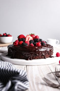 Kicking off the weekend with a slice of this fudgy chocolate cake! This chocolate fudge cake is topped with an easy ganache and loads of fresh berries.Simple to whip up + vegan friendly and refined sugar free with a gluten-free alternative! Easy Chocolate Fudge, Chocolate Strawberry Cake, Chocolate Bundt Cake, Chocolate Strawberries, Chocolate Recipes, Chocolate Ganache, Baking Chocolate, Cheesecake Strawberries, Strawberry Sauce