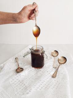 Oh là là! Ce caramel est à couper le souffle de n'importe quel être vivant qui respire, même genre les divinités grecques des vents. C'est délicieux avec mille affaires comme des toast,… Sauce Caramel, Toast, Mets, V60 Coffee, Coffee Maker, Sweet, Desserts, Souffle, Mille
