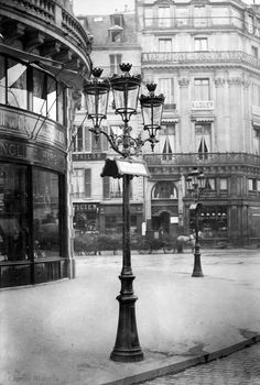 Charles Marville - The elegant gas lamps of Paris' Haussmann transformation, seen here in also contributed to its reputation as a modern metropolis. Vintage Paris, French Vintage, Belle Epoque, Old Pictures, Old Photos, Paris France, Photos Vintage, Vintage Ideas, Modern Metropolis