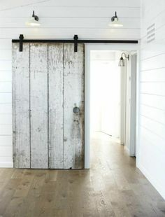 sol en parquet, murs blancs, portes coulissantes en bois, chambre moderne, murs blancs