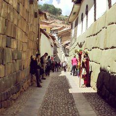 Cusco siempre te llama cuando quiere que vayas. #piedradelos12angulos #Cuzco #Peru #Peruvian #landscape #Inca #incas #inka #IncaTrail #instatrip #instamood #Cusco #Travelporn #travelphoto #Skyporn #travel #instagood #travelgram #triparoundtheworld #ANossaViagemIsVeryCool #Wanderlust #nomadstravel #nomads #Namasté #golden #magical #mystical #kingdom