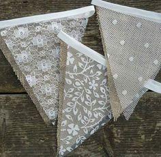 Guirnalda con banderines de tela rustica y tul - https://manualidadesparababyshower.net/guirnalda-con-banderines-de-tela-rustica-y-tul/