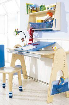 escritorio para niños: Tablero de la mesa es ajustable a cinco alturas (56 - 72 cm). Incluidas dos bolsas laterales de poliéster/redecilla. Materiales: contrachapado de abedul, barra de metal recubierto de polvo. Medidas: an 124 x pr 60 cm. Altura de los laterales: 78 cm.