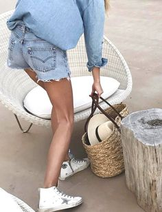 Short en jean boyfriend + chemise en jean ample + baskets blanches = le bon mix (photo Ivanarevic)