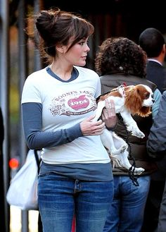 Lindsay Price, just a carrying a dog a Cavalier King charles Spaniel puppy Cavalier King Charles Dog, King Charles Spaniel, I Love Dogs, Puppy Love, Lindsay Price, Spaniel Puppies, Animal Fashion, Dog Walking, Actors & Actresses