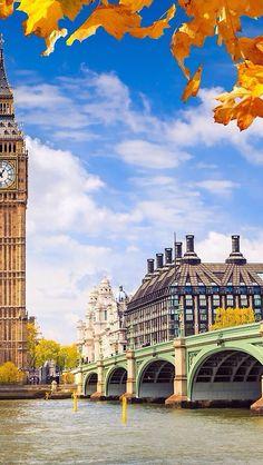 Desde la ribera sur del Tamesis, el Puente Westminster, la Torre del Reloj del Parlamento o Elizabeth Tower, y enfrente, Portcullis House, inaugurada en 2001, que es utilizada como oficinas por los miembros del Parlmanento.