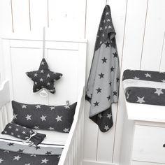 Baby's Only wiegdeken teddy ster antraciet / grijs. Uit de ster-serie van Baby's Only, waar je ook een badcape, muziekdoos, kruikenzak, aankleedkussenhoes en meer in kunt vinden. Alle te verkrijgen via onze online shop.