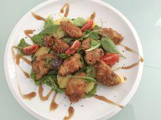 Houbová sezona vrcholí a zemitou chuť hřibů určitě podpoří sklenka červeného, třeba z oblasti Burgundska. Salát se smaženými hřiby Směs hříbků očistěte, rozkrájejte na menší kousky. Obalte v kukuřičné mouce nebo v klasickém trojobalu. Poté z obou stran osmažte. Na salát si vyberte směs listových salátů, které máte rádi (např. rukola, čekanka). Na zálivku rozšlehejte olivový olej s citronem, solí a medem a promíchejte se salátem.  Přidejte rozpůlená třešňová rajčátka a ozdobte smaženými…