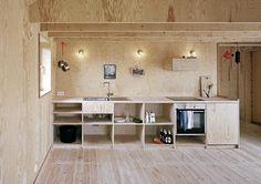 FURUINTERIØR: Interiøret er holdt i furu fra gulv til tak. FOTO: Arkitekturfotograf Rasmus Norlander