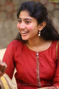 Check Out Malar Sai Pallavi Exclusive Photos South Indian Actress Hot, Indian Actress Photos, Actress Pics, Most Beautiful Indian Actress, Beautiful Actresses, Indian Actresses, Sai Pallavi Hd Images, Indian Women Painting, Bollywood Photos