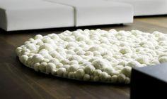 DIY Teppich aus Bommeln. Bisle aufwendig, aber richtig stylisch und einzigartig!