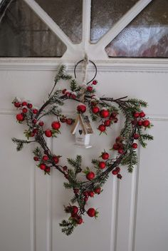 Festive wall and door decoration ideas with wreaths - Bastelideen - Natal Noel Christmas, Little Christmas, Country Christmas, Winter Christmas, Woodland Christmas, Winter Holidays, Christmas Berries, Cottage Christmas, Christmas Flowers