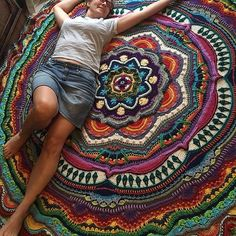 crochet mandala pattern This is one unbelievably beautiful crochet mandala that will most certainly leave you speechless! Sie Mandalas Wahnsinn You Will Be Obsessed With This Incredibly Gorgeous Crochet Mandala Blanket Pattern - Knit And Crochet Daily Beau Crochet, Crochet Home, Crochet Crafts, Crochet Projects, Free Crochet, Knit Crochet, Ravelry Crochet, Crochet Ideas, Double Crochet