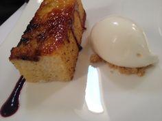 Torrija empapada y caramelizada en sartén con crema helada de vainilla