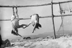 Fishing net Sergio Larrain beaches children grayscale- Image 1280x881