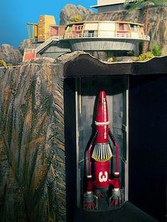 Model dioramas built by a Thunderbirds fan! The British sci-fi TV series ran from 1965 to Via Mid Century Art, Mid Century Design, Movies And Series, Tv Series, Thunderbirds Are Go, Sci Fi Models, Classic Sci Fi, Sci Fi Tv, Retro Futuristic