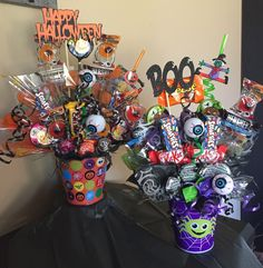 Halloween candy bouquets! Fall Gift Baskets, Halloween Gift Baskets, Halloween Candy Bags, Halloween Decorations, Halloween Teacher Gifts, Dulceros Halloween, Halloween Birthday, Halloween Treats, Halloween Care Packages