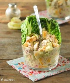 ¿Quieres un plato fresco, sabroso y, sobre todo, súper fácil de hacer? Aquí tienes esta ensalada de pollo con mango picadito, cebolla y apio. El aderezo está hecho con mayonesa, yogurt, y un chorrito de limón. Lo puedes servir en vasitos para que se vea súper presentable. Aquí tienes más detalles de la preparación.