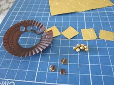 It's already August and the days are getting hotter and very humid. Instead of concentrating on a large project, I make small items. Diy Dolls House Accessories, Miniature Dollhouse Accessories, Vitrine Miniature, Dollhouse Miniature Tutorials, Miniature Crafts, Miniature Food, Miniature Dolls, Dollhouse Miniatures, Barbie Furniture Tutorial