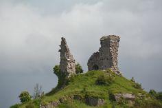 Spannende Geschichte, wo du hinschaust: Von dieser Burg über der Meeresenge zwischen dem Festland und der Isle of Sky (in Kyle Akin) aus wurde der Schiffsverkehr kontrolliert und (blutiger) Zoll eingehoben.