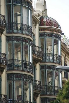 I would appreciate a balcony corner like this - architecture and art - Barcelona – Art Nouveau. I would appreciate a balcony corner like this - de modelos de ventanas Architecture Art Nouveau, Architecture Cool, Computer Architecture, Architecture Artists, Enterprise Architecture, Beautiful Buildings, Beautiful Places, Art Nouveau Arquitectura, Balkon Design