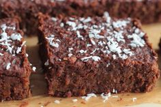 Rich, fudge brownies that start with boxed cake mix stuffed with cherry flavor and a homemade chocolate icing makes these Chocolate Cherry Bars amazing! Chocolate Chip Brownies, Mint Chocolate Chips, Chocolate Cherry, Melting Chocolate, Bean Brownies, Chocolate Dreams, Chocolate Heaven, Chocolate Lovers, Köstliche Desserts