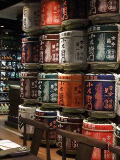 Uma das bebidas mais tradicionais do Japão é o saquê. Originária no século III, ela é fabricada a partir da fermentação do arroz.