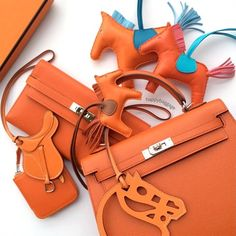 Find tips and tricks, amazing ideas for Hermes handbags. Discover and try out new things about Hermes handbags site Hermes Purse, Hermes Bags, Hermes Handbags, Leather Handbags, Hermes Birkin, Fashion Handbags, Hermes Kelly, My Bags, Purses And Bags