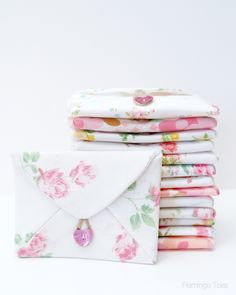 DIY Fabric Envelopes Tutorial - these are kind of cute! Nice to have them in a box for a special kind of gift wrap. Make small ones in Christmas fabric for gift cards? Fabric Crafts, Sewing Crafts, Sewing Projects, Diy Crafts, Sewing Hacks, Sewing Tutorials, Sewing Patterns, Tutorial Envelope, Bunting Tutorial
