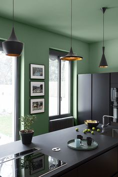 Dare the full color with the Green Vegetable hue for a kitchen with a pure and strong style. # Liberon Source by LiberonOfficiel Estilo Color Block, Hearth, Kitchen Remodel, Kitchen Decor, Green Kitchen, Sweet Home, New Homes, Flooring, Pure Products