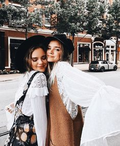 Image about girl in BFF by on We Heart It Punk Outfits, Neue Outfits, Casual Fall Outfits, Winter Outfits, Grunge Outfits, Photos Bff, Bff Pictures, Best Friend Pictures, Family Pictures