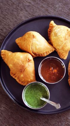 Tamarind Chutney and Cilantro-Mint Chutney Recipes with a link to an excellent samosa recipe! Indian Food Recipes, Asian Recipes, Vegetarian Recipes, Cooking Recipes, Tamarind Recipes, Indian Chutney Recipes, Cilantro Chutney, Tamarind Chutney, Tamarind Sauce