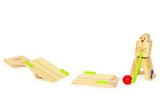 Tisch-Minigolf. Auf eine Runde Golf! Der Minigolfspieler schlägt die zwei Bälle über eine Wippe ins Ziel. Eine tolle und nie langweilige Spielidee liegt dem small foot design-Set zugrunde. Sechsteiliges Tisch-Minigolfspiel aus Holz.