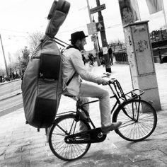 Hoe neem je zo'n gevaarte mee op de fiets??? Rugzakidee.