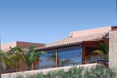 COBERTI Porche de madera con cubierta de tejas y cerramientos de cristal en terraza de vivienda. #porche #madera #tejas #cerramientos #cristal #terraza #coberti