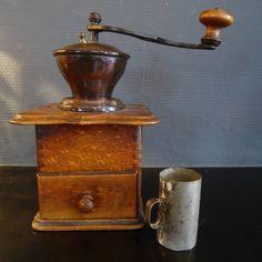 Antieke koffiemolen met rood koperen bovenwerk en origineel maatbekertje