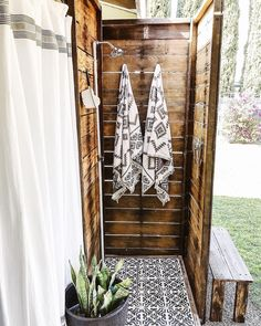 Outdoor Pool Shower, Outdoor Shower Enclosure, Outdoor Sauna, Outdoor Bars, Outdoor Spaces, Outdoor Living, Outside Showers, Outdoor Bathrooms, Outdoor Kitchens