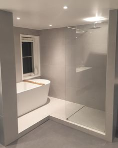 Combine a shower with a bathtub in the bathroom with a window – # Bathroom # # C… Kombinieren Sie eine Dusche mit einer Badewanne im Badezimmer mit Fenster – # Badezimmer # # Anschluss # Dusche # Badewanne Bathroom Windows, Bathroom Renos, Bathroom Layout, Bathroom Interior Design, Bathroom Renovations, Modern Bathroom, Bathroom With Window, Interior Decorating, Dream Bathrooms