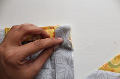 Learn how to make pot holders with this simple beginner friendly step by step tutorial. Perfect as gifts this holiday season or to accessorize your own kitchen. Back Pieces, All The Way Down, Hot Pads, Easy Peasy, Little Gifts, Pot Holders, Sewing Projects, Sewing Patterns, Handbags