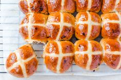 Thermomix Raisin Buns are perfect for breakfast time. These lovely Thermomix raisin buns are very easy to prepare and you can even make them the night before and bake fresh in the morning. Cross Buns Recipe, Bun Recipe, Perfect Breakfast, Breakfast Time, Thermomix Bread, Thermomix Desserts, Hot Cross Buns, Tray Bakes, Hot Dog Buns