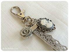 Bijou de sac rétro romantique avec son camée et sa dentelle : Autres bijoux par de-fil-en-lin